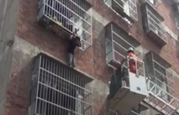 Ở nhà một mình, bé trai suýt rơi xuống từ chuồng cọp chung cư - Ảnh 5.