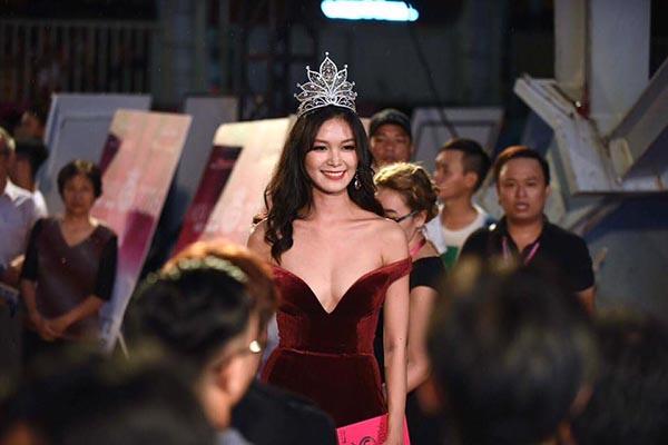 Cách mặc không thể nóng hơn của Hoa hậu Thùy Dung - Ảnh 1.