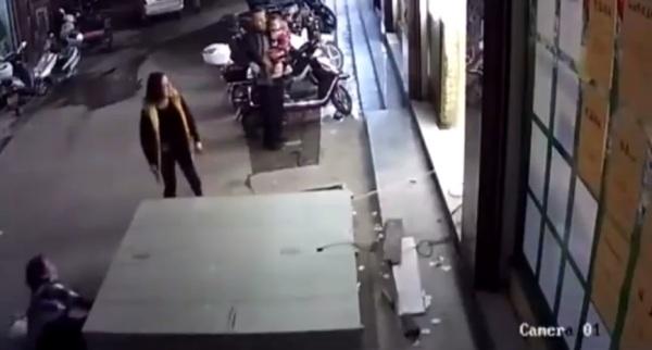 Tủ để đồ trong siêu thị bất ngờ đổ sập, cậu bé 6 tuổi tử vong ngay sau tiếng cười giòn tan - Ảnh 5.