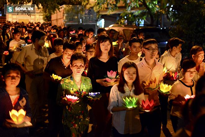 Hàng nghìn ngọn hoa đăng lung linh trên sông Sài Gòn - Ảnh 3.