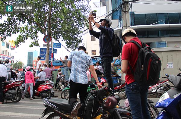 Người dân TP HCM đội mưa đứng chờ TT Obama trước chùa Ngọc Hoàng - Ảnh 3.