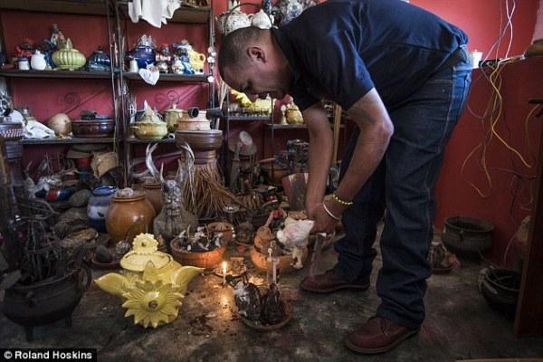 Người dân Venezuela tuyệt vọng cậy nhờ vào tà thuật để chữa bệnh - Ảnh 4.