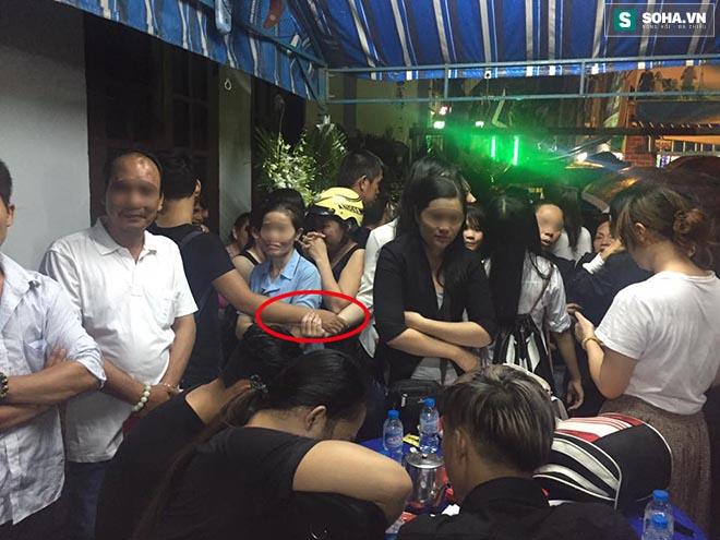 Hành động gây bức xúc trong lễ viếng Minh Thuận - Ảnh 4.