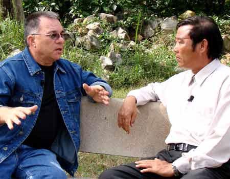Tiếng khóc của hung thủ ở Mỹ Lai và cái bắt tay tha thứ hận thù - Ảnh 2.