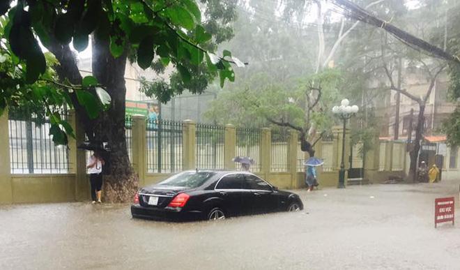 15 hình ảnh chìm trong biển nước sau mưa lớn ở TP HCM và Hà Nội - Ảnh 8.