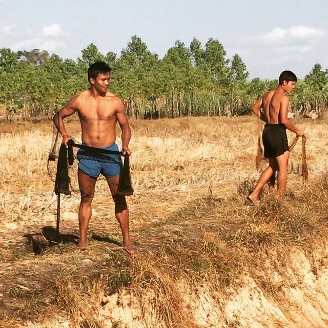 Thánh Muay Thái đi mò tôm, bắt cá, sống như Tarzan tại VN - Ảnh 2.