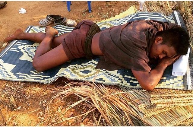 Thánh Muay Thái đi mò tôm, bắt cá, sống như Tarzan tại VN - Ảnh 3.