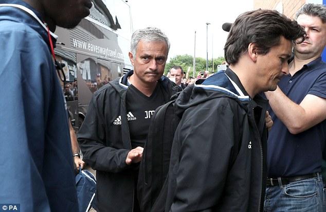 Tấu hài bên đường biên, Mourinho nhận được quà siêu độc - Ảnh 2.