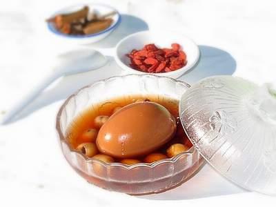 8 bài thuốc hay từ trứng gà luộc - Ảnh 2.