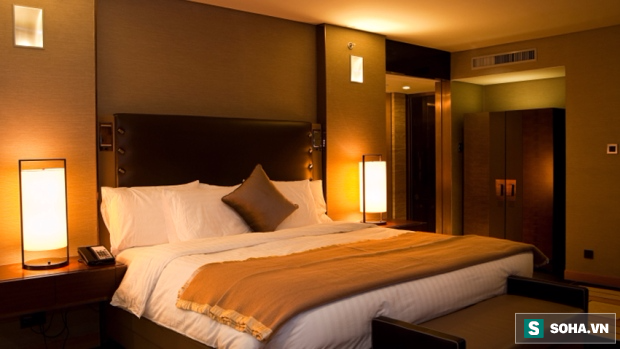 Khách sạn cài máy quay lén chiếu thẳng giường, nữ khách hàng thất kinh vì rơi vào tầm ngắm - Ảnh 1.