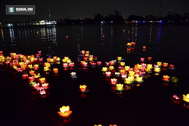 Hàng nghìn ngọn hoa đăng lung linh trên sông Sài Gòn - Ảnh 10.