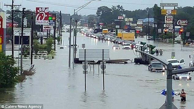 Rùng mình cảnh tượng quan tài trôi nổi trên đường phố vì mưa lũ - Ảnh 7.