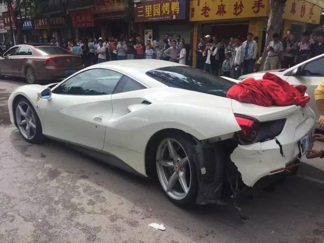 Siêu xe Ferrari tự lao đầu vào dải phân cách vì lý do khó ngờ - Ảnh 4.