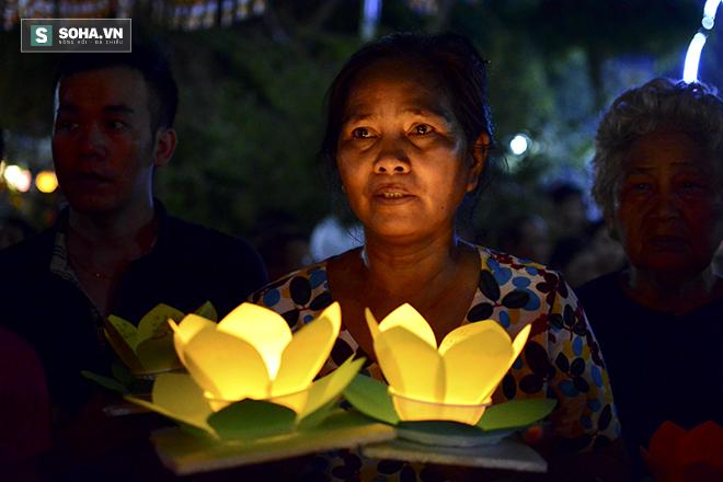 Hàng nghìn ngọn hoa đăng lung linh trên sông Sài Gòn - Ảnh 5.