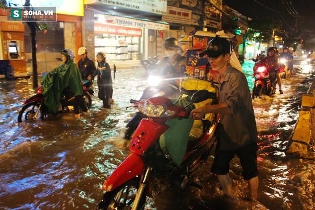 [ẢNH] Triều cường dâng cao, Sài Gòn biến thành biển nước - Ảnh 10.