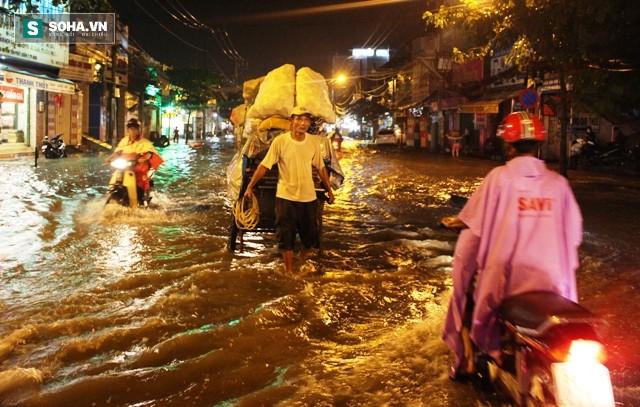 [ẢNH] Triều cường dâng cao, Sài Gòn biến thành biển nước - Ảnh 12.