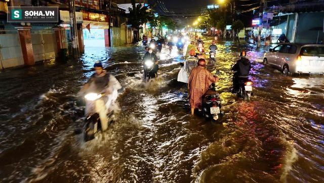 [ẢNH] Triều cường dâng cao, Sài Gòn biến thành biển nước - Ảnh 4.