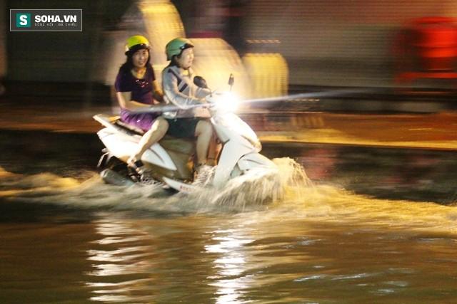 [ẢNH] Triều cường dâng cao, Sài Gòn biến thành biển nước - Ảnh 5.