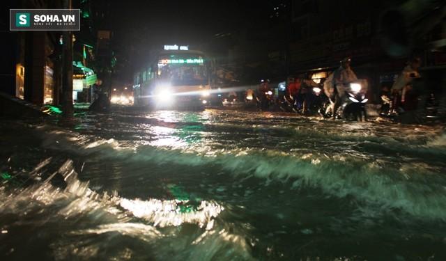 [ẢNH] Triều cường dâng cao, Sài Gòn biến thành biển nước - Ảnh 1.