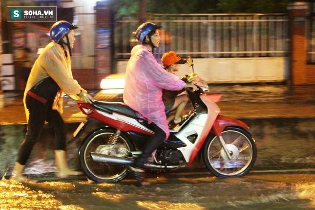 [ẢNH] Triều cường dâng cao, Sài Gòn biến thành biển nước - Ảnh 11.