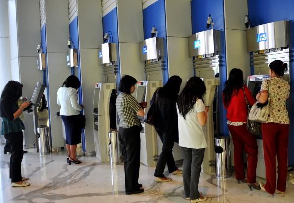 Cô gái trẻ hồn vía lên mây khi bị cướp xồ vào uy hiếp tại cây ATM - Ảnh 9.