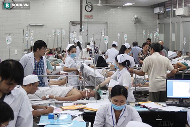 Chuyện ở phòng cấp cứu (1): Ma men chửi, đánh y tá, nôn thốc nôn tháo lên người bác sĩ - Ảnh 1.