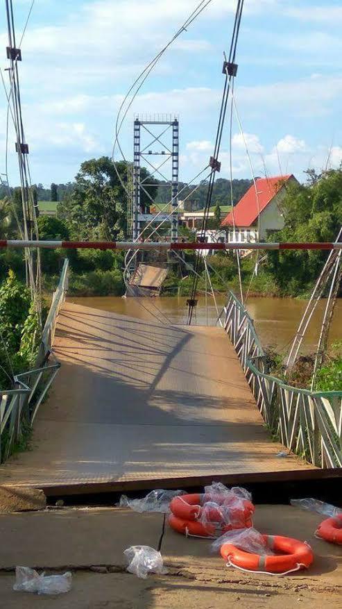 Sập cầu treo Tà Lài, 4 người rơi xuống sông Đồng Nai - Ảnh 1.