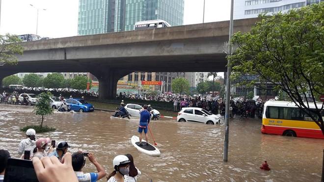 10 hình ảnh lạ trong trận ngập nặng ở Hà Nội - Ảnh 3.