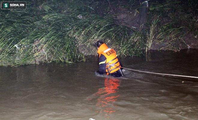 Hơn 100 người xuyên đêm tìm bé trai bị nước cuốn trôi xuống cống - Ảnh 10.