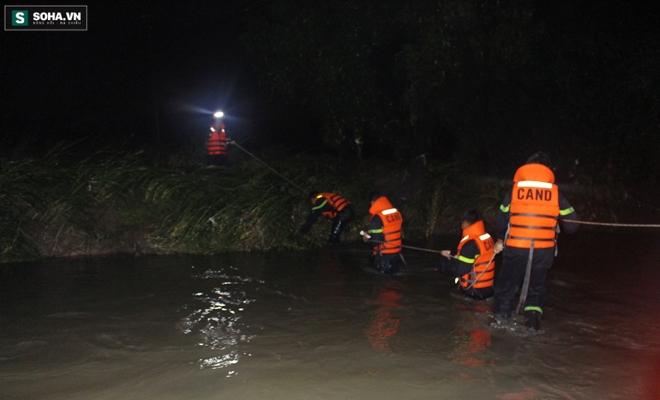 Hơn 100 người xuyên đêm tìm bé trai bị nước cuốn trôi xuống cống - Ảnh 11.
