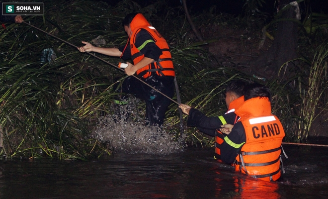 Hơn 100 người xuyên đêm tìm bé trai bị nước cuốn trôi xuống cống - Ảnh 12.