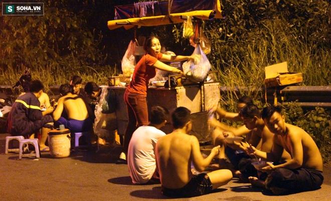 Hơn 100 người xuyên đêm tìm bé trai bị nước cuốn trôi xuống cống - Ảnh 15.