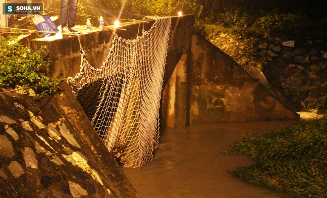 Hơn 100 người xuyên đêm tìm bé trai bị nước cuốn trôi xuống cống - Ảnh 6.