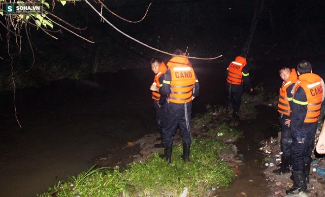 Hơn 100 người xuyên đêm tìm bé trai bị nước cuốn trôi xuống cống - Ảnh 8.