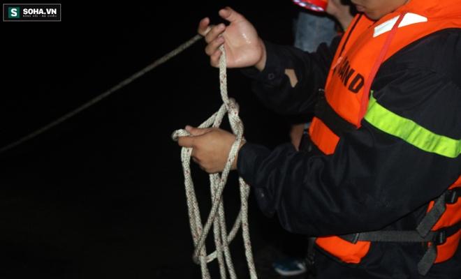 Hơn 100 người xuyên đêm tìm bé trai bị nước cuốn trôi xuống cống - Ảnh 9.