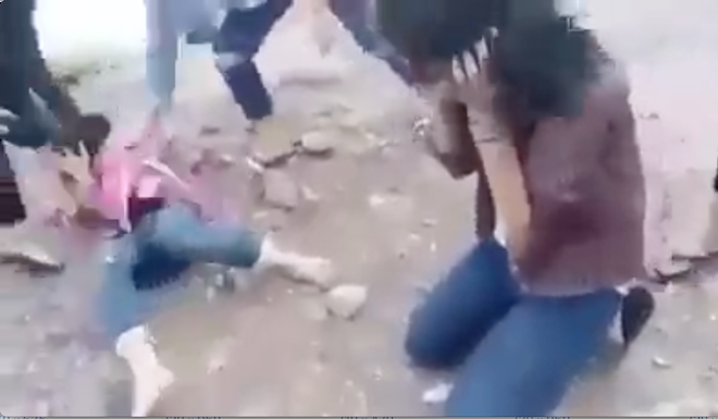 Bức xúc nhóm nữ sinh cấp 2 đánh 2 bạn gái tả tơi trên đường - Ảnh 3.