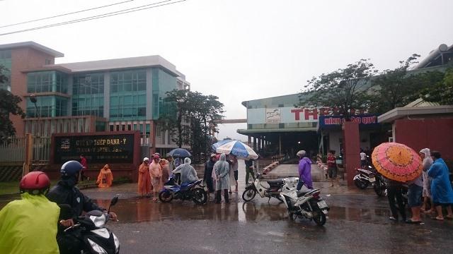 Người dân Đà Nẵng bao vây nhà máy thép gây ô nhiễm - Ảnh 1.