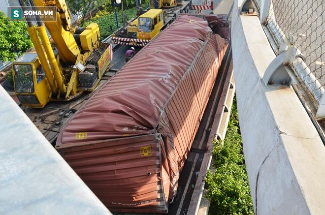 Gần 8 giờ giải cứu container bị lật tại trung tâm Sài Gòn - Ảnh 1.