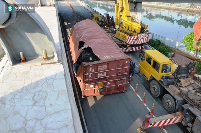 Gần 8 giờ giải cứu container bị lật tại trung tâm Sài Gòn - Ảnh 3.