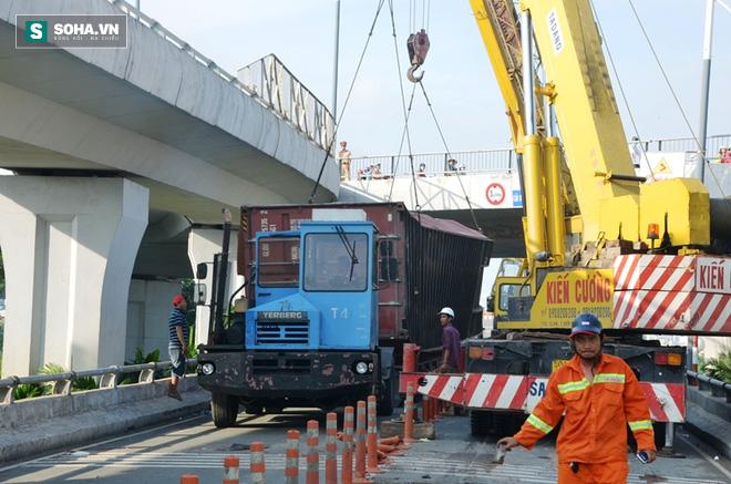 Gần 8 giờ giải cứu container bị lật tại trung tâm Sài Gòn - Ảnh 4.