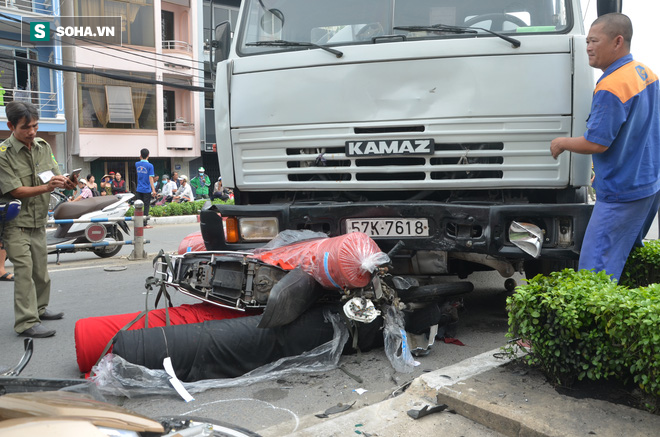 TP HCM: Xe bồn nổ lốp cuốn theo nhiều xe máy vào gầm - Ảnh 1.