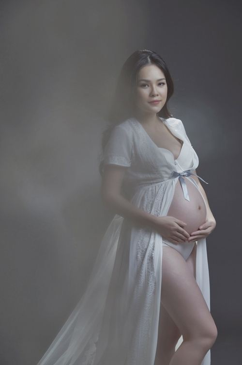 Dương Cẩm Lynh mặc gợi cảm khoe bụng bầu 9 tháng - Ảnh 2.