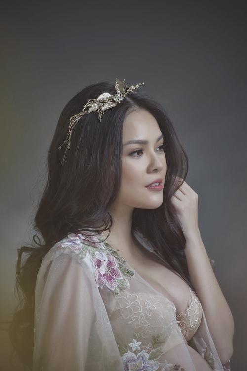 Dương Cẩm Lynh mặc gợi cảm khoe bụng bầu 9 tháng - Ảnh 1.