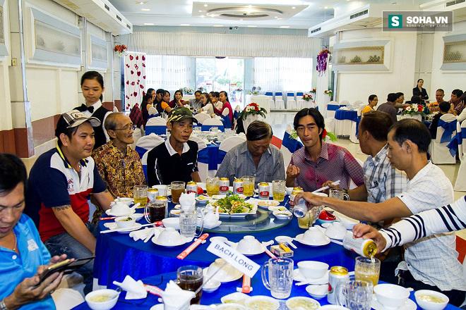 Cận cảnh tiệc giỗ Tổ của nghệ sĩ nghèo trong showbiz Việt - Ảnh 4.