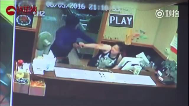 Tên cướp có vũ trang sốc trước màn phản công của bà chủ cửa hàng - Ảnh 2.