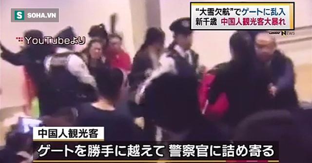 6.000 người bị kẹt nhưng chỉ 100 du khách Trung Quốc đã đủ khiến sân bay Nhật náo loạn - Ảnh 2.