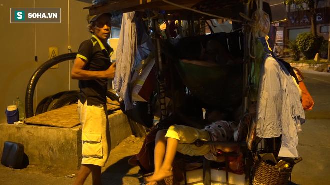 Vợ chồng nhặt ve chai sống trong chiếc xe đẩy vỏn vẹn 1 mét vuông ở Sài Gòn - Ảnh 4.