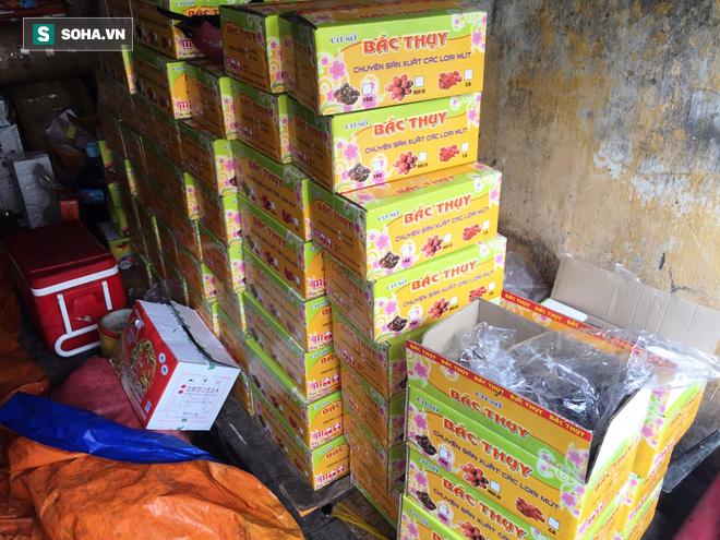 TP HCM: Kinh hãi phát hiện nhiều tấn mứt đầy ruồi nhặng chuẩn bị bán ra thị trường Tết - Ảnh 4.