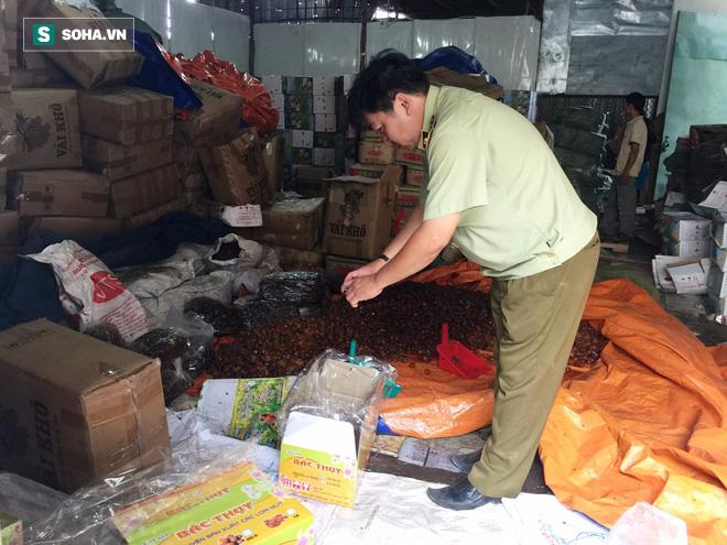TP HCM: Kinh hãi phát hiện nhiều tấn mứt đầy ruồi nhặng chuẩn bị bán ra thị trường Tết - Ảnh 3.