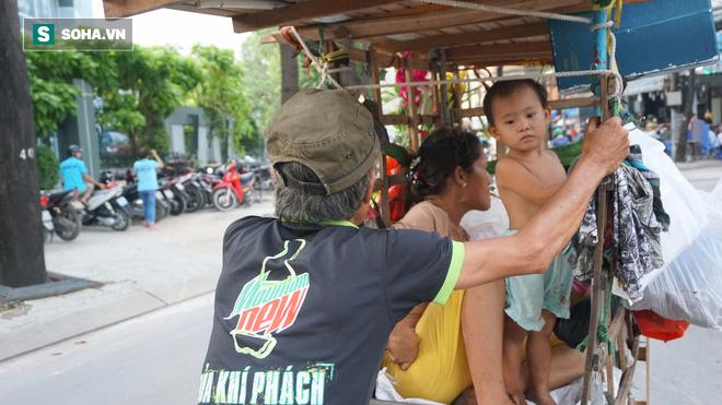 Vợ chồng nhặt ve chai sống trong chiếc xe đẩy vỏn vẹn 1 mét vuông ở Sài Gòn - Ảnh 1.
